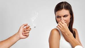 Áp dụng các mẹo vặt khử mùi thuốc lá trên quần áo
