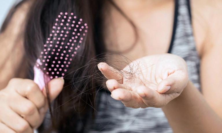 Các chất độc trong môi trường chính là một trong những nguyên nhân gây rụng tóc