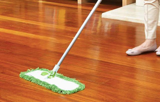Dùng chanh và giấm kết hợp với nước ấm để lau sạch sàn nhà