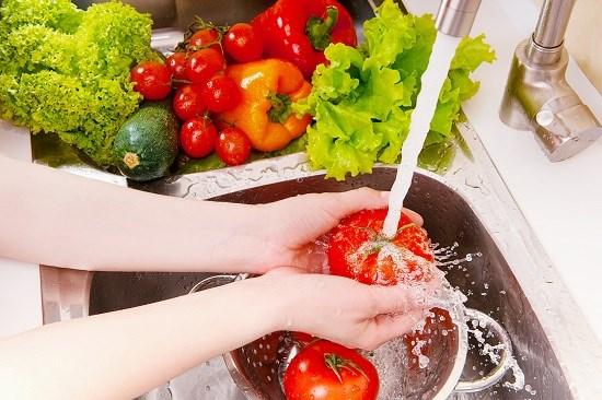 Mách bạn cách khử mùi thuốc trừ sâu từ rau quả