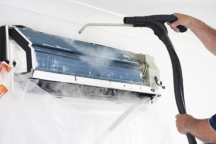 Máy lạnh không được vê sinh lâu ngày khiến bụi bẩn tích tụ gây mùi hôi