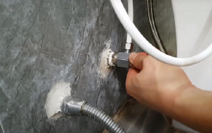 Rò rỉ từ vòi xịt vệ sinh và không biết nên xử lý như thế nào