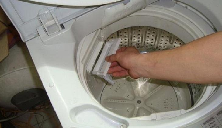 Sử dụng bột tẩy để vệ sinh máy giặt rất đơn giản