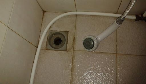 Thoát sàn ngăn mùi không hiệu quả khiến mùi hôi bốc lên từ cống
