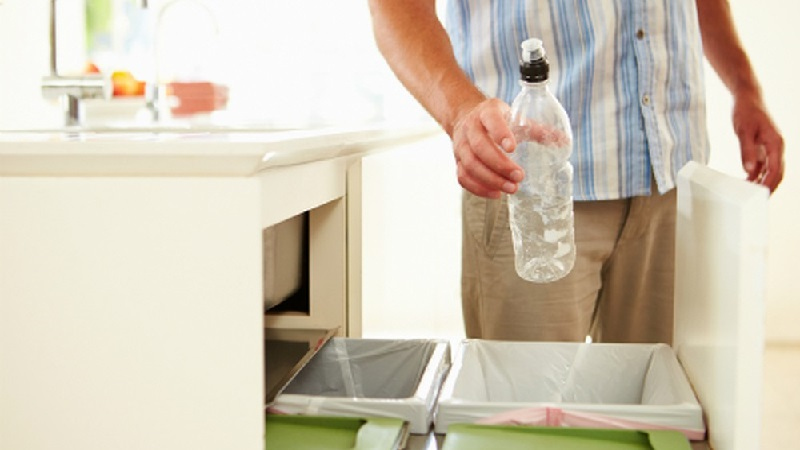 Thùng rác đặt trong bếp thực sự không hề tốt